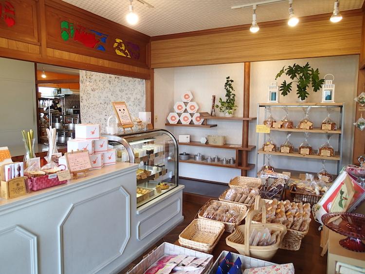 石垣島の琉球スイーツ庵のカウンター