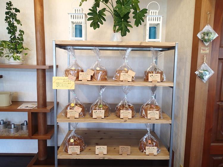 石垣島の琉球スイーツ庵のシフォン棚