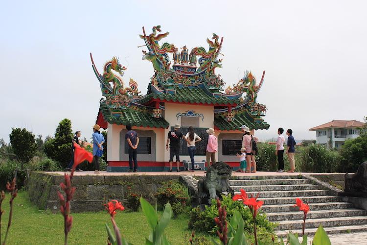 石垣島「唐人墓」の観光客