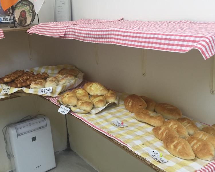 石垣島のトミーのパンのパン棚