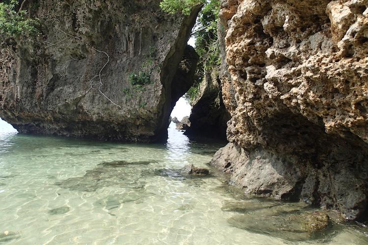 石垣島の伊原間サビチ洞の海と岩