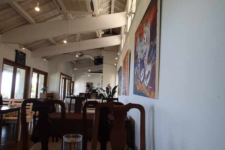 石垣島の海が見える絶景カフェPUFFPUFF(プカプカ)の店内