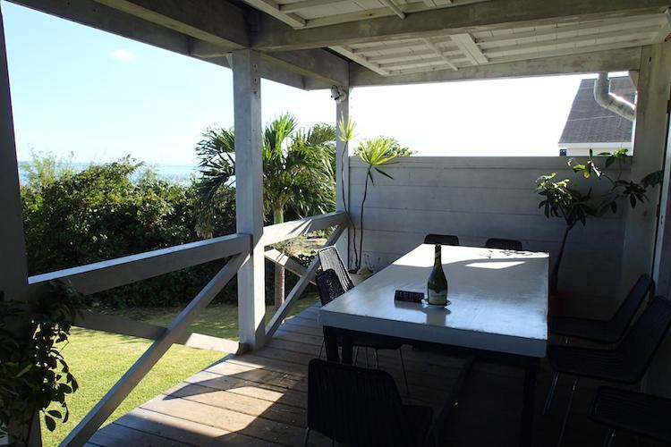 石垣島の海が見える絶景カフェPUFFPUFF(プカプカ)のテラステーブル