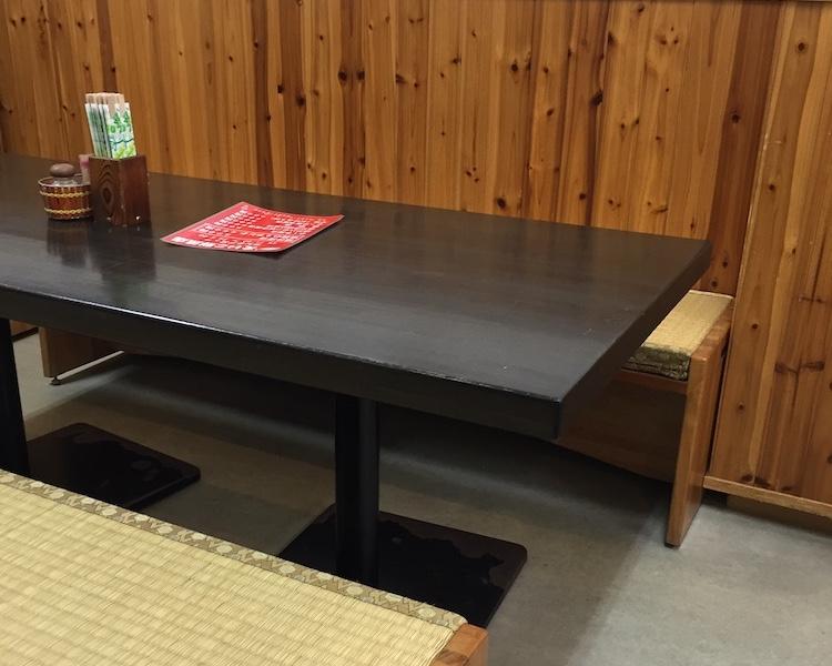 えいこ鮮魚店のテーブル