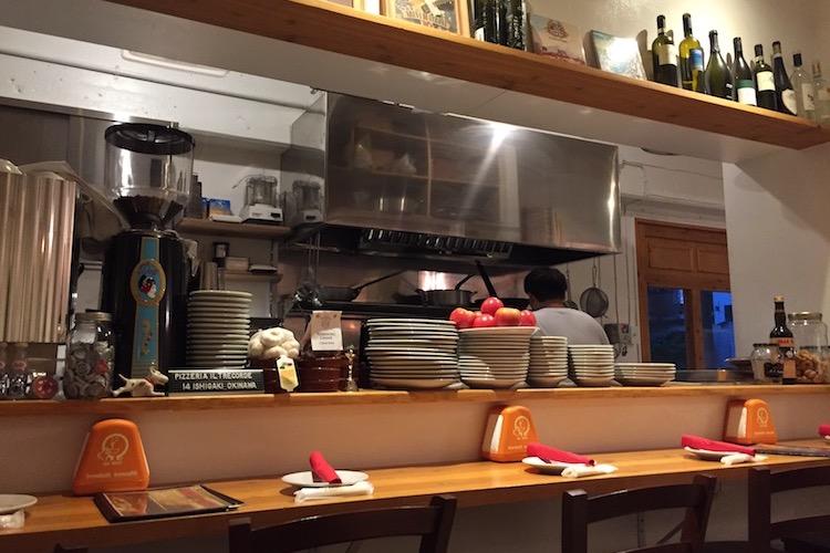 石垣島のピッツェリア イル トレコルデのカウンター
