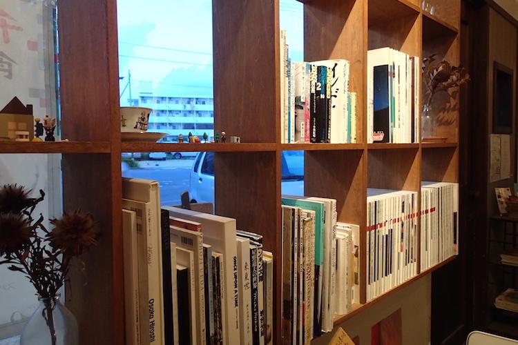 トラベラーズカフェ朔の本棚