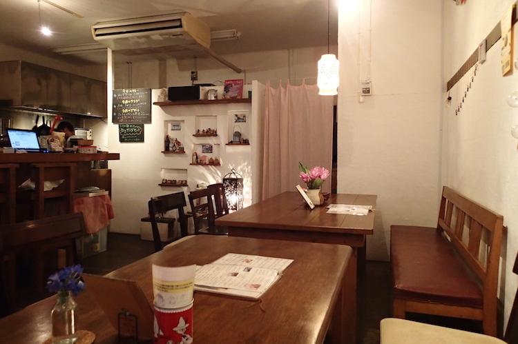 トラベラーズカフェ朔のテーブル