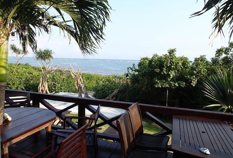 島野菜カフェ:リハロウビーチのテラス席