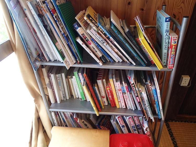 石垣島のパピルのカフェ本棚