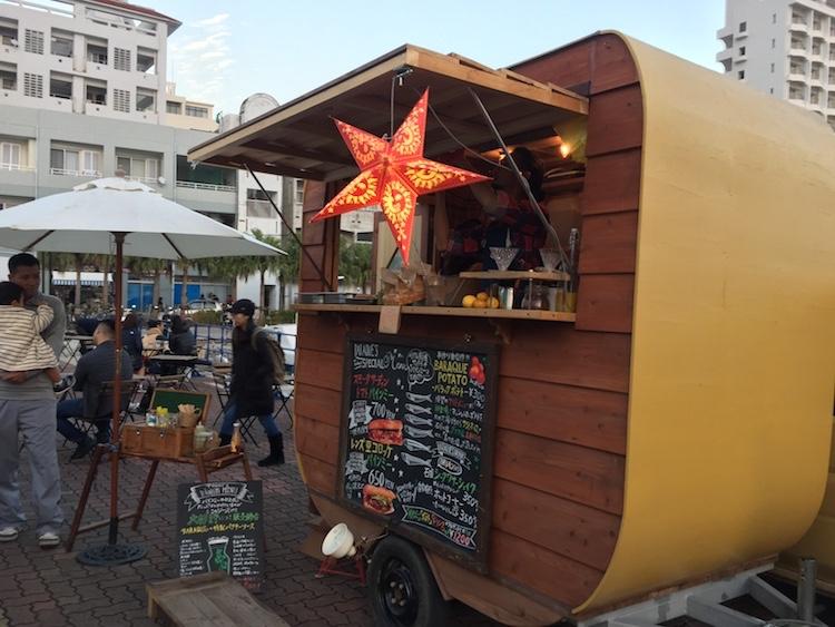 石垣島の離島ターミナルの桟橋マーケット出店