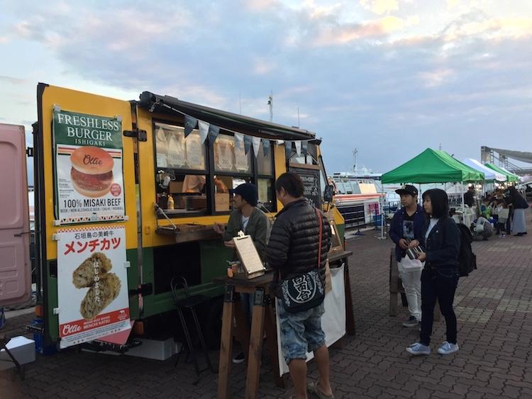 石垣島の離島ターミナルの桟橋マーケットハンバーガー