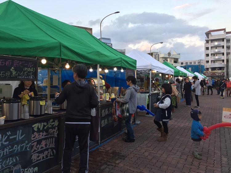 石垣島の離島ターミナルの桟橋マーケットの夜店