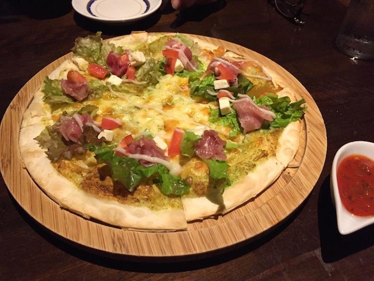 ひとし石敢當店のピザ