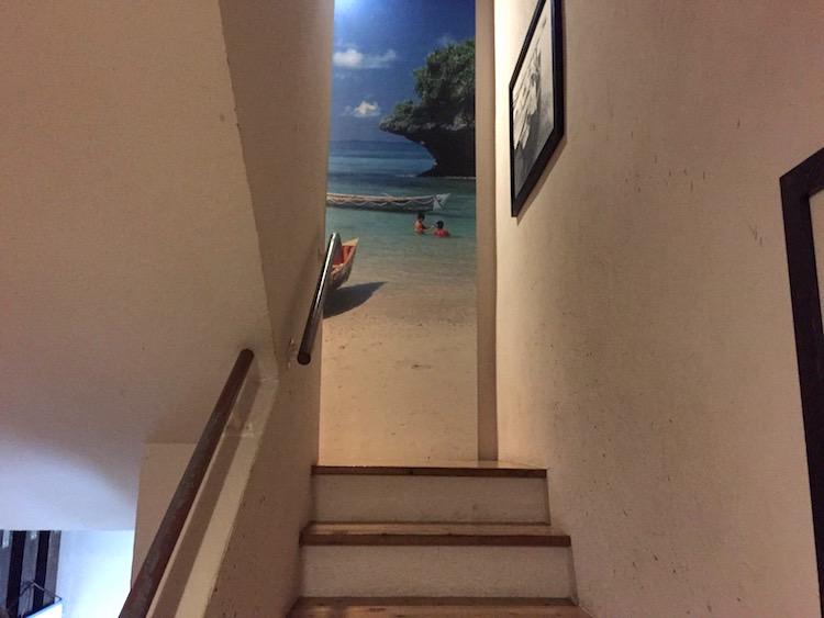 ひとし石敢當店の階段