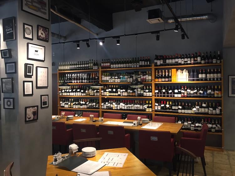島フレンチバル佐々木勝のワイン棚