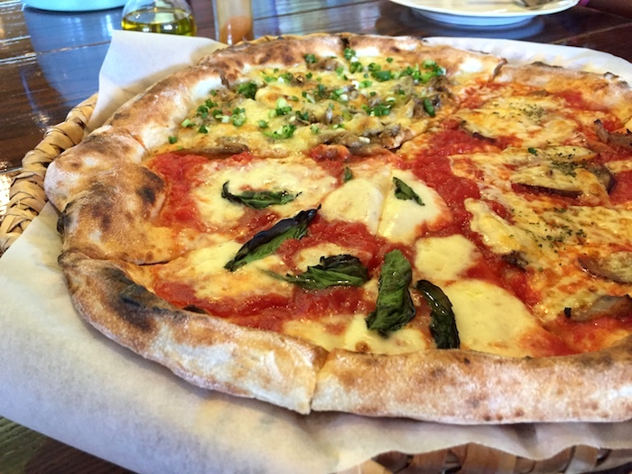 のんびりカフェのトリプルピザ