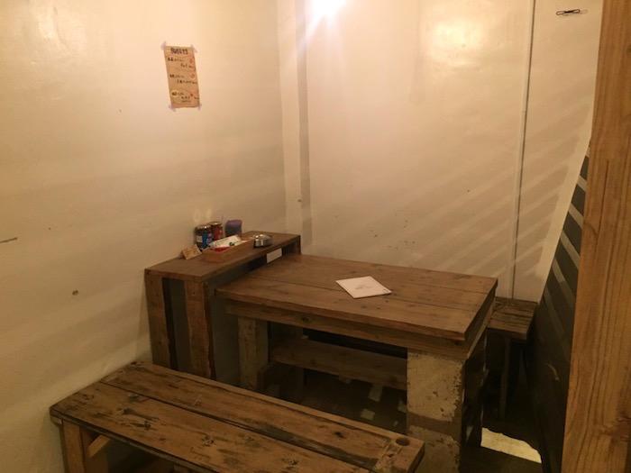 ツル商店のテーブル席