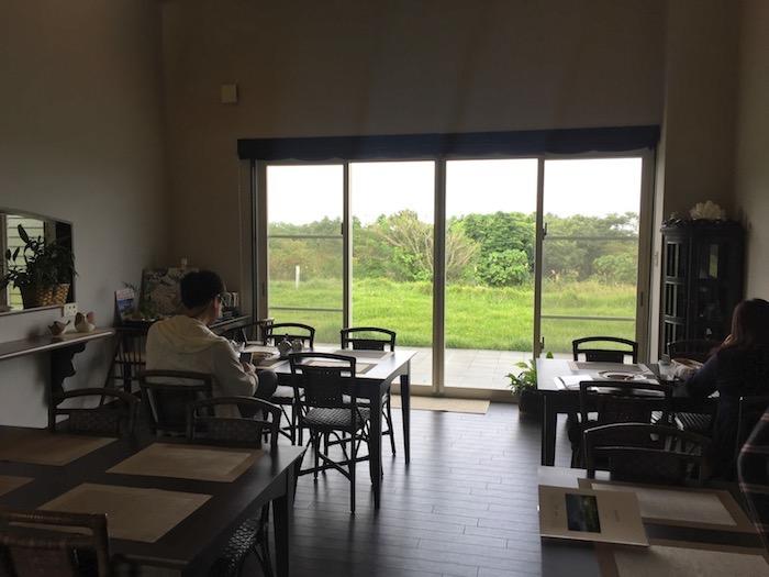 石垣島の草ぼうぼうの店内