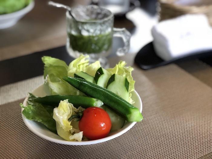 石垣島の草ぼうぼうのサラダ