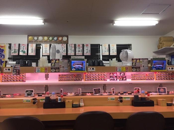 石垣島の回転寿司「鮨人」のカウンター