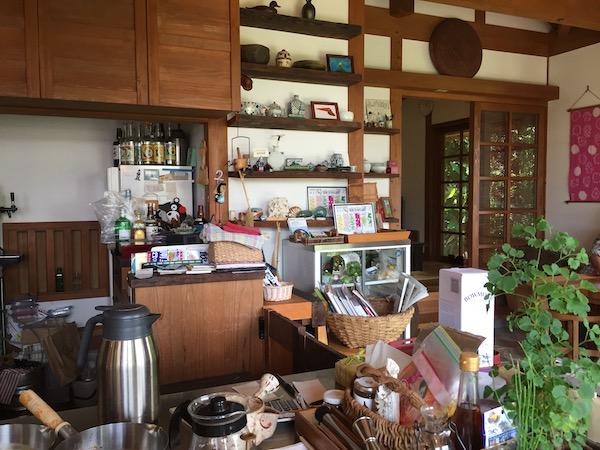 石垣島のカレー屋、中村屋のカウンター
