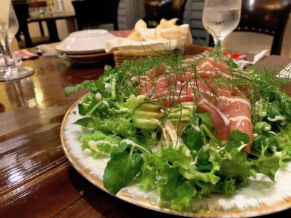 石垣島のスペイン料理「ハイビスキャット」サラダ