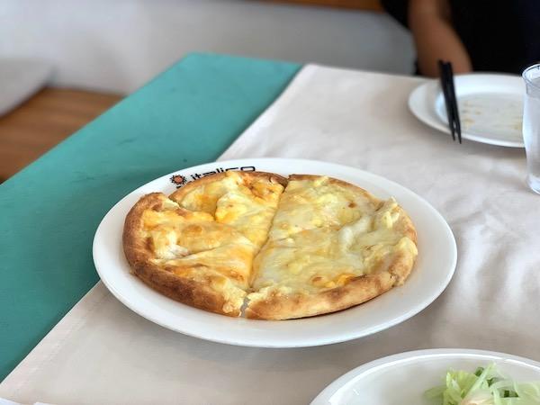 石垣島のイタリアン「イタリコitalico」の4種のチーズピザ