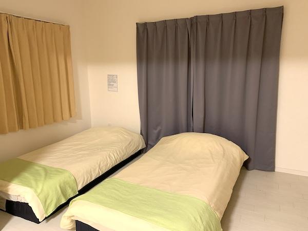 沖縄県宜野湾のホテル「レインボーテラス」の寝室