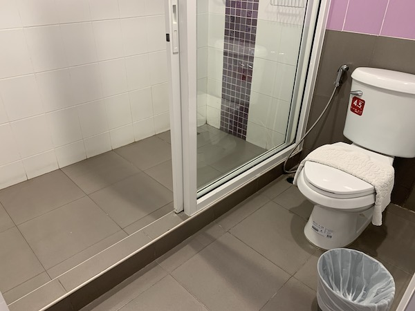 バンコクのホテル「ライラック・リラックス・レジデンス(lilac Relux residence)」のトイレです。
