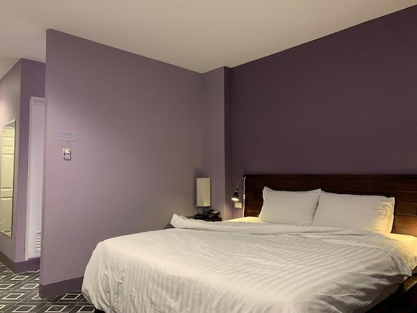 バンコクのホテル「ライラック・リラックス・レジデンス(lilac Relux residence)」のベッドです。