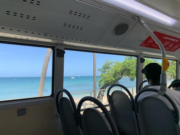 ニューカレドニアのバス車内からの景色です。