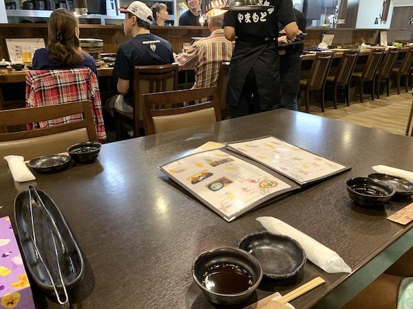 石垣島の焼肉「やまもと」のテーブル席